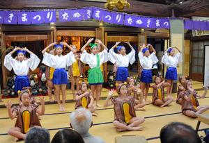 童謡「証城寺の狸囃子」に合わせて子供たちが踊った=木更津市富士見2丁目の證誠寺