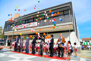 テープカットの後、風船を飛ばして街なか子育てひろばの開所を祝った=飯塚市