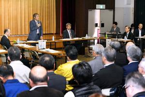 築地市場関係者の前で開かれた専門家会議=15日午後、東京・築地、角野貴之撮影