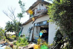 菅治子さんの自宅。解体の見通しはまだ立たない=10日、熊本県益城町、大森浩志郎撮影