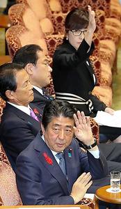 参院予算委で稲田朋美防衛相(奥)への質問を引き取る安倍晋三首相(手前)=11日、飯塚晋一撮影