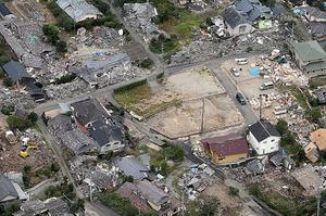 被害の大きかった熊本県益城町宮園地区。倒壊家屋が撤去され整地された区画がみえる=12日、本社ヘリから、河合真人撮影
