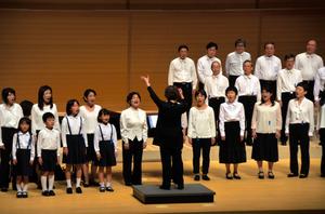 幅広い年齢の団員が出演した東広島混声合唱団=東広島市西条栄町