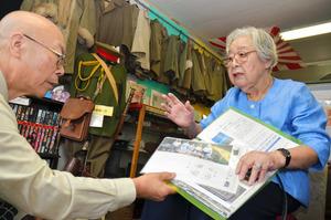 フィリピン・レイテ島での遺骨収集について話す青木和子さん(右)=小竹町