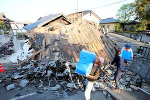 倒壊した家屋が道路をふさいでいた=4月15日、熊本県益城町、長島一浩撮影