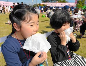 バーガーをほお張る子どもたち=桑折町のふれあい公園