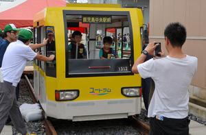 電車型のトロッコ自転車を楽しむ子どもたち=鹿児島市