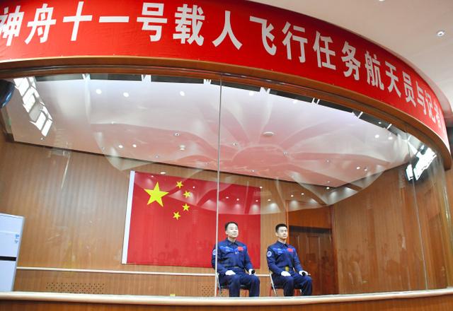 記者会見する宇宙飛行士の景海鵬さん(左)と陳冬さん=16日、中国・酒泉衛星発射センター、益満雄一郎撮影