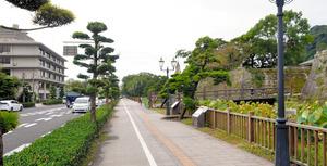 建て替えになる鹿児島法務総合庁舎(左)と国道を挟んだ鶴丸城御楼門跡=鹿児島市