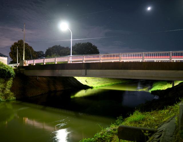 母親が3歳の娘を落とした橋。午後10時を過ぎると人通りはほとんどない=小玉重隆撮影