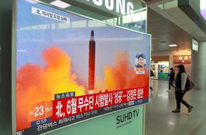 ソウルの鉄道駅で16日、地元テレビのニュースが過去の北朝鮮のミサイル発射の映像を流していた=AP