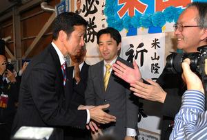 当選確実の一報を受け、支持者らと喜び合う米山隆一氏(左)=16日午後9時18分、新潟市、諫山卓弥撮影