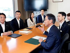 右の列が三井住友銀行、左の列がSMBC日興証券の社員たち。情報を共有して営業に生かす=横浜市西区、池永牧子撮影