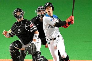 四回裏日本ハム1死満塁、代打岡は中越えの適時二塁打を放つ。捕手細川=白井伸洋撮影
