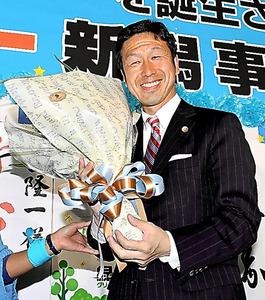 当選を確実にし、支持者から花束を受け取る米山隆一氏=16日午後9時22分、新潟市、諫山卓弥撮影