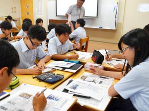 新聞を活用した授業に臨む生徒たち=滋賀県守山市の立命館守山中学校