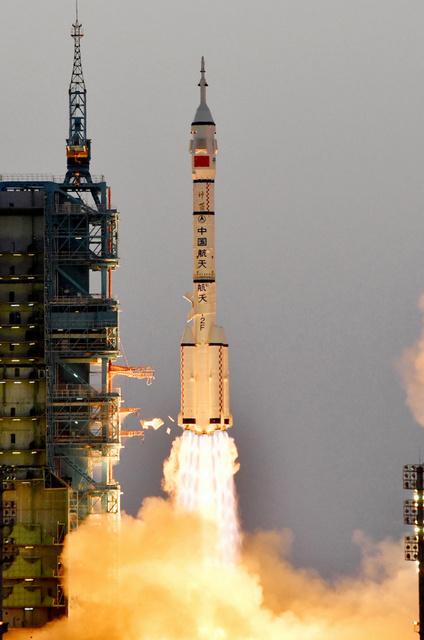 中国の有人宇宙船「神舟11号」を搭載して打ち上げられたロケット=17日午前7時30分、中国・酒泉衛星発射センター、益満雄一郎撮影