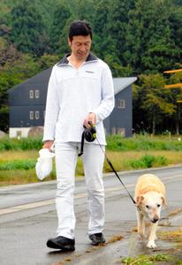 初当選から一夜が明け、愛犬と一緒に自宅周辺を散歩する米山隆一氏=17日午前、新潟県魚沼市、江川慎太郎撮影