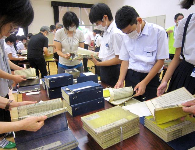 「愛日文庫」の虫干しをする児童ら=大阪市中央区、名札の部分にモザイクをかけています