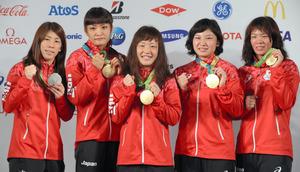リオ五輪で金メダルを獲得した登坂絵莉選手(中央)と川井梨紗子選手(一番右)