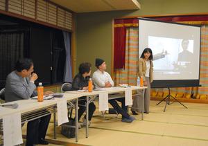 映画の場面を映しながら語る松永瑠衣子さん(右端)=長崎市茂木町
