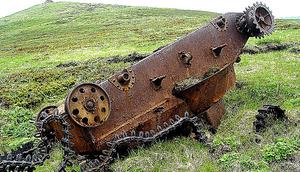 ソ連軍と激戦を演じた四嶺山の斜面に転倒して残った日本軍の戦車=アレクサンドル・チェルネガさん提供