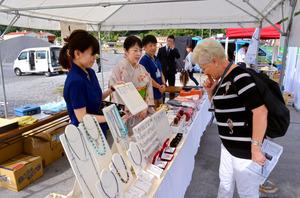 クルーズ船から下りた人が真珠製品などを眺めていた=宇和島市