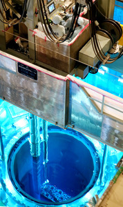 川内原発1号機の原子炉容器から核燃料取り出し作業が行われていた=17日午前11時22分、鹿児島県薩摩川内市、金子淳撮影
