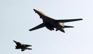 9月13日、ソウル近郊・平沢(ピョンテク)にある在韓米軍烏山(オサン)空軍基地の上空を飛行する米軍の戦略爆撃機B1B(右)=AP