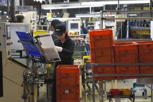 自動車のドア部品をつくるアイシン九州の生産ライン=17日、熊本市、大畑滋生撮影