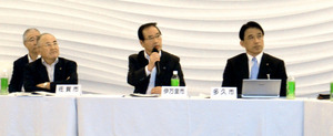 会合で発言する伊万里市の塚部芳和市長(中央)=佐賀市