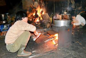 まきでおこした火で調理=鳥取市佐治町中