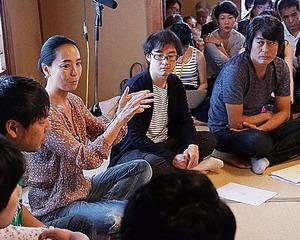 若手の映像作家たちに海外で通じる作品づくりについて語る河瀬監督=9月、奈良市