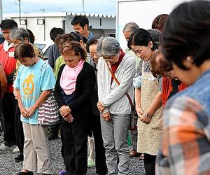 あの日から半年。追悼の集いで、住民たちは黙とうを捧げた