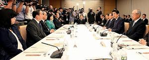有識者会議の冒頭、あいさつする安倍晋三首相(右から2人目)。右端は今井敬座長=17日午後、首相官邸、林敏行撮影
