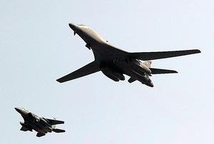 9月13日、ソウル近郊・平沢にある在韓米軍烏山空軍基地の上空を飛行する米軍の戦略爆撃機B1B(右)=AP