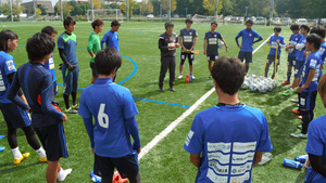 練習後に円陣を組む「ジョイフル本田つくばFC」の選手たち=つくば市