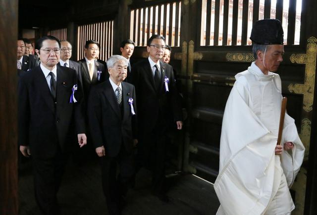 参拝に向かう「みんなで靖国神社に参拝する国会議員の会」のメンバーら=18日午前、東京・九段北の靖国神社、時事