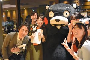 クボタ本社で、記念写真に応じるくまモン=12日、大阪市浪速区