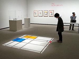 岡崎和郎展の「P.M.パラダイス」(手前)などの展示