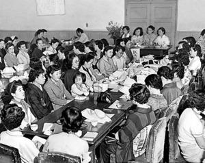 草の実会の設立総会。幼い子を連れた女性の姿も=1955年6月、参議院議員会館
