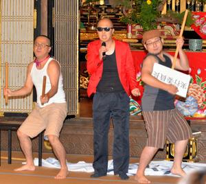 若手僧侶の演芸。サンプラザ中野くん本人と思った参加者もいたという=行橋市の浄喜寺