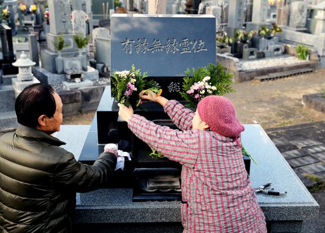 無縁墓地には、生後間もなく遺棄され、名前もないまま亡くなった赤ちゃんの遺骨も眠る。墓地の管理人は「きれいにしておかないと、かわいそう」と墓石を掃除した=千葉県南房総市、堀英治撮影