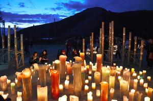 竹や紙の灯籠やキャンドルに明かりをともすと、日が沈んでいった=熊本県南阿蘇村