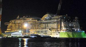 三菱重工業の長崎造船所で建設が進む独企業向けの2隻目の大型クルーズ船=14日夜、長崎市