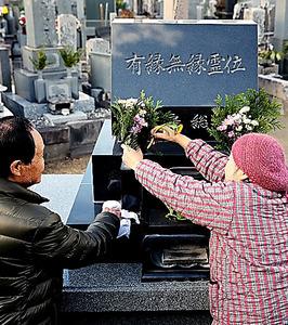 無縁墓地には、生後間もなく遺棄され、亡くなった赤ちゃんの遺骨も眠る。墓地の管理人は「きれいにしておかないと、かわいそう」と墓石を掃除した=千葉県南房総市、堀英治撮影
