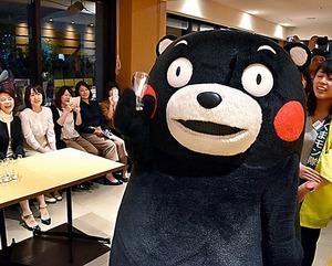 クボタ本社の社員食堂で熊本県産品をアピールするくまモン=12日、大阪市浪速区