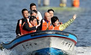 長沼ボート場を視察する東京都の小池百合子知事(手前右)=15日、宮城県登米市