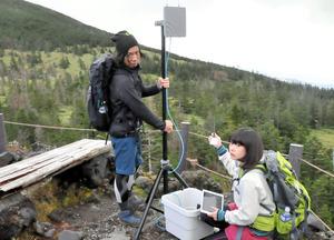 登山者が持つ小型発信機の電波を送受信する簡易アンテナ装置=八ケ岳連峰北横岳周辺