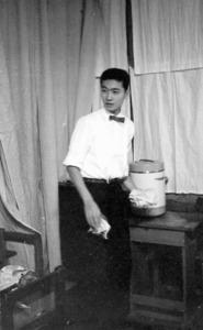 高校3年生のとき、記念祭(文化祭)で喫茶店の模擬店を開いた。著書などによると、この頃、演じた劇で潜水艦の乗組員の役をやり、大受けした=本人提供